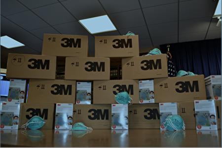 執法人員現場繳獲大量假冒3M口罩。