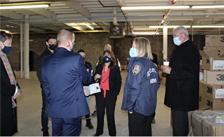 執法人員到長島51大道5-06號的倉庫。