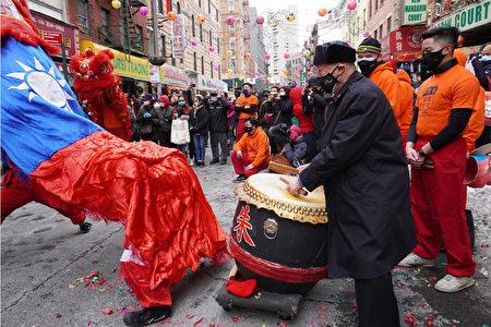 图为2021年2月12日,华埠60侨团举行新春团拜活动,舞狮鼓阵开先锋。