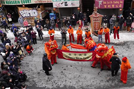 2021年2月12日,中华大楼前的舞狮表演,吸引游客与居民围观。