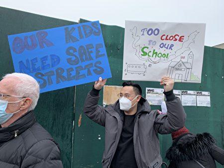 當地居民舉著各式標語到庇護所選址前請願,認為該地建庇護所將帶來嚴重的安全和生活質量問題。