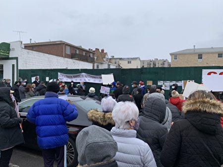 班森賀庇護所計劃遭到了許多居民的反對,他們23日到庇護所的選址前,表達呼聲。