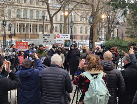 眾多民主黨民選官員和養老院居民家屬出席集會,支持國會對紐約州府進行調查。