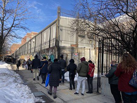 布碌崙皇冠高地学院的疫苗点外面,等候打疫苗的民众大排长龙。
