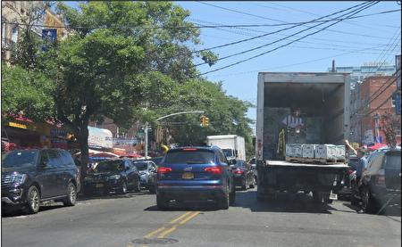 图三)货车双排停靠,其它车辆被迫越线行驶,减缓双方向交通流动性。