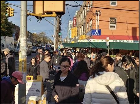 图四B)根据交通局2019年9月的评估,八大道交57街一小时内有5,070名行人,每天往来送餐和休闲的自行车达600~800人次,66%的当地家庭没有私家车。