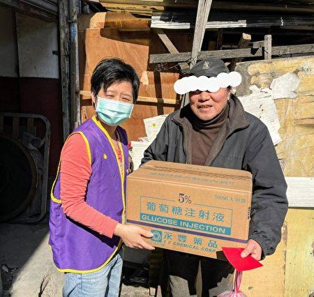 寒冬送暖不受疫情影响,赠物资给爱心送餐对象。