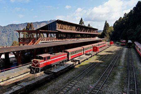 林鐵列車停靠阿里山車站。