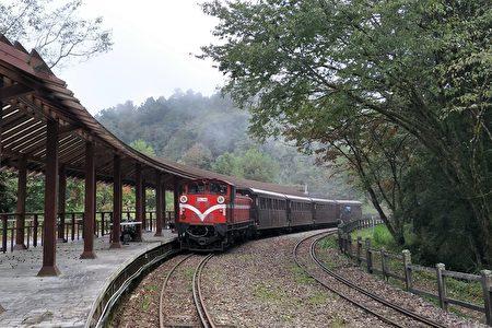 祝山線列車停靠對高岳站。