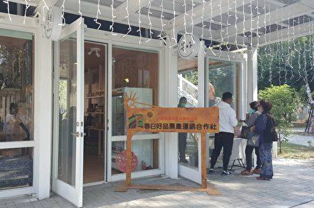 咖啡展销中心鼓励返乡青年进驻贩售屏东咖啡、特色餐饮、文创商品及举办假日音乐市集等。