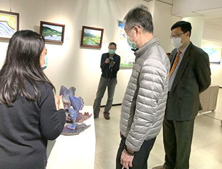 衛福部長官來鼓勵並聆聽導覽。