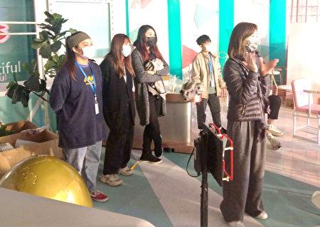 醒吾三立影視學院幕後班學生由由三立電視資深副理范小珮(前)指導,仔細觀摩錄影現場節目進行節奏。