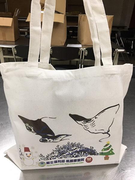 因应圣诞节的到来,推出不同款式的帆布手提袋。