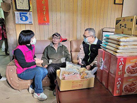 区长周庆珍〈左〉与台电北南区处长蔡志孟〈右〉到偏乡关怀独居长者并致赠日常用品与食品.jpg