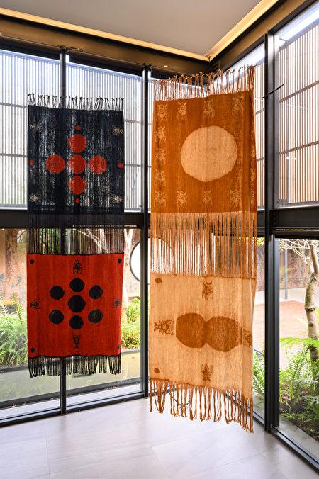 陆府新年首档艺术展,蔡佳葳与印尼女工艺家的《重生》系列绑染(ikat)织品。