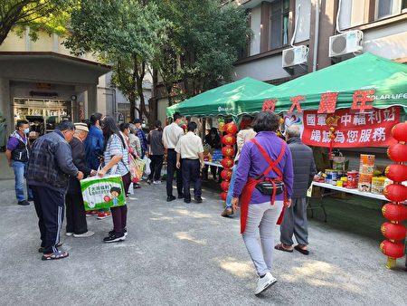 荣家设置年货大街,让长辈开心采买 。