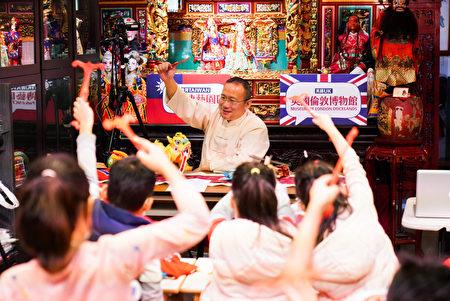 河洛坊布袋戏林铭文老师教导孩童学习用布袋戏偶演出舞龙舞狮。