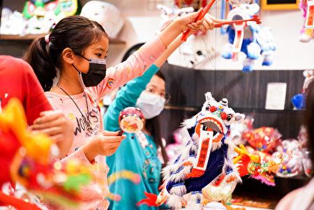 台湾小朋友负责操作舞龙舞狮戏偶,透过视讯完成台英跨国拜年演出。
