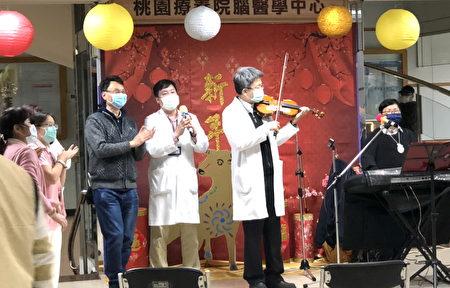 桃疗郭博昭教授与音乐志工黄珍慧老师合奏。