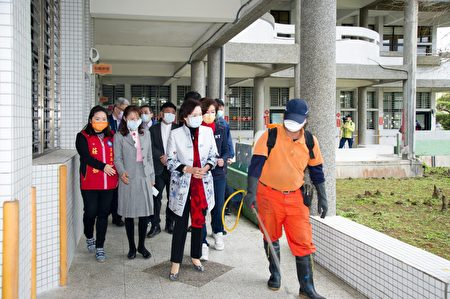 快开学了,宜兰县展开校园防疫消毒。