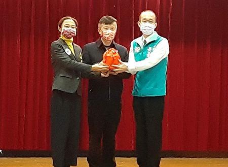 桃園市議會民進黨總召由黃景熙(右)接任。