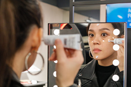 打底妝時,建議根據不同部位與膚況來挑選妝前乳。