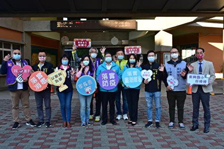 新竹县长杨文科一早到东兴国小,关心营养午餐食材及防疫措施。