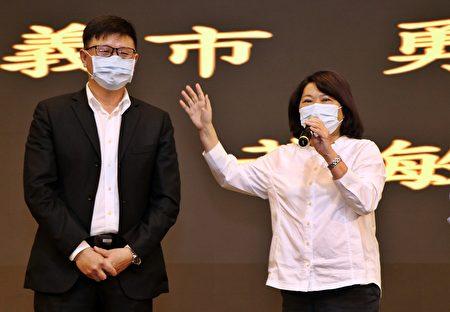 左为可口企业董事长吴旻融。