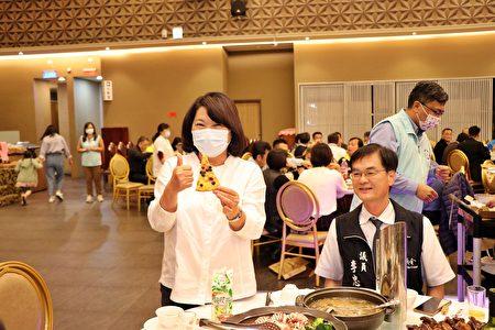 市长黄敏惠感谢吴旻融董事长举办达美乐披萨奖学金颁奖典礼。