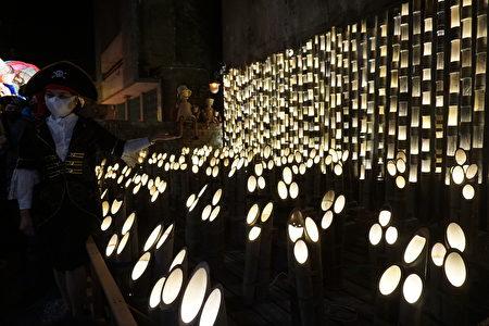在巷弄燈區裡以竹筒為媒材的燈海。