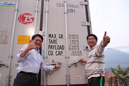 屏東縣長潘孟安(左)27日與高樹鄉銀獅青果生產合作社一起為今年首櫃運往日本鳳梨封櫃,為農民打氣加油。