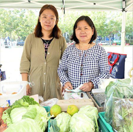 已在市集擺攤8年的林色釧(左),特別推薦林宗榮自然生態農場近期最受歡迎的羽衣甘藍。