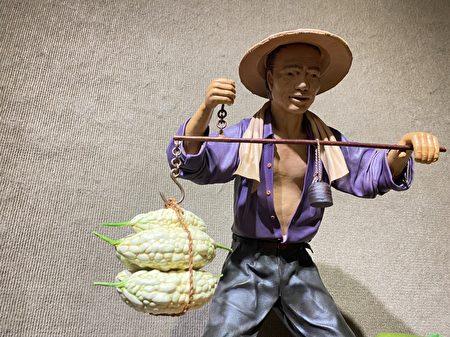 农夫挑着满箩筐的蔬菜。