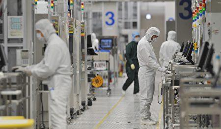 行政院主計總處日前上調今年GDP成長率至4.64%,創近七年新高。圖為半導體工廠。