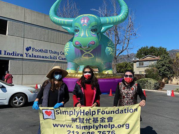 慶新年 幫幫忙基金會與山麓中心為社區發放食物