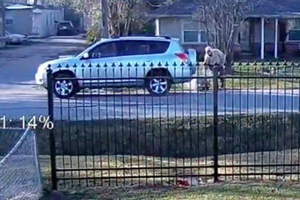 盗贼偷车后弃婴 美送货员发现异常及时救援