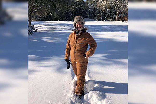 暴风雪下放弃撤离 德州护士悉心照顾老年邻居