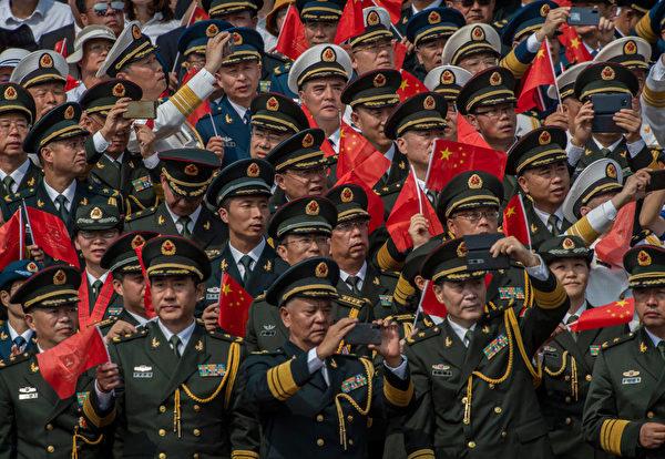 2019年10月1日,中共軍隊的軍官們在觀看閱兵儀式。 (Kevin Frayer/Getty Images)