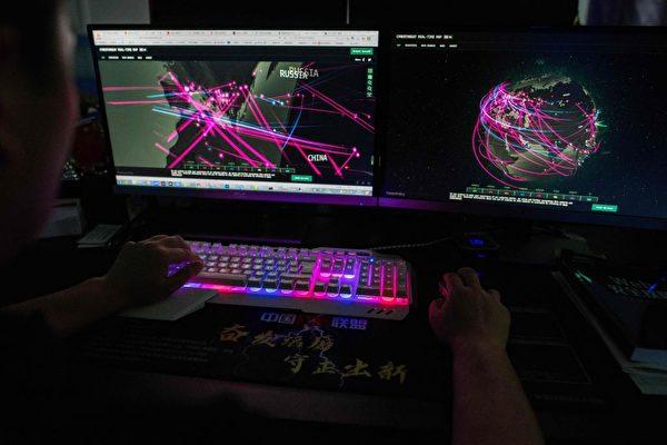 2020年8月4日,一個匿名的黑客組織Red Hacker Alliance成員在中國東莞的辦公室內監控著全球的網絡攻擊。(Nicolas Asfouri/AFP via Getty Images)