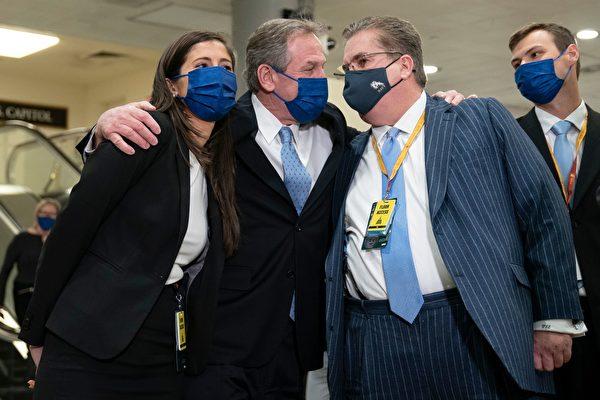 川普律師慶祝彈劾案判無罪 斥媒體分裂美國