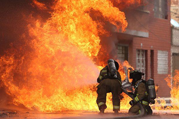 组图:哥伦比亚工厂火灾引发易燃物爆炸