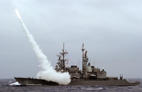 台湾的纪德级驱逐舰试射标准2型导弹。(Sam Yeh/AFP via Getty Images)