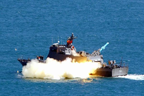 台湾的导弹快艇试射雄风2型反舰导弹。(Sam Yeh/AFP via Getty Images)