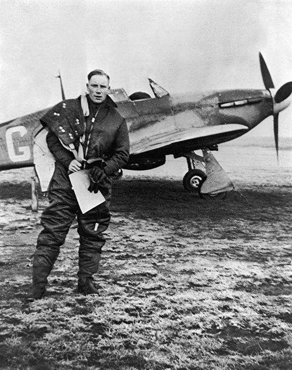 1940年,英國皇家空軍飛行員道格拉斯•霍恩(Douglas Horne)在泰晤士河口對德國空軍的一次出擊後,返回基地。 (Hulton Archive/Getty Images)