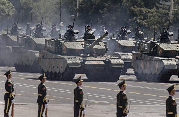 2015年9月3日,中共军队在北京阅兵,坦克正在开进天安门广场。(Kevin Frayer/Getty Images)