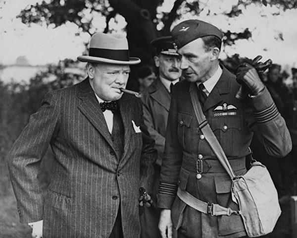 1940年6月,英國首相溫斯頓•丘吉爾(Winston Churchill,左)訪問皇家空軍戰鬥機部隊。(Central Press/Archive Photos/Getty Images)