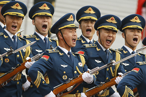 2017年11月9日,时任美国总统川普访问北京,中共军队仪仗队在欢迎仪式高喊口号。(Thomas Peter-Pool/Getty Images)