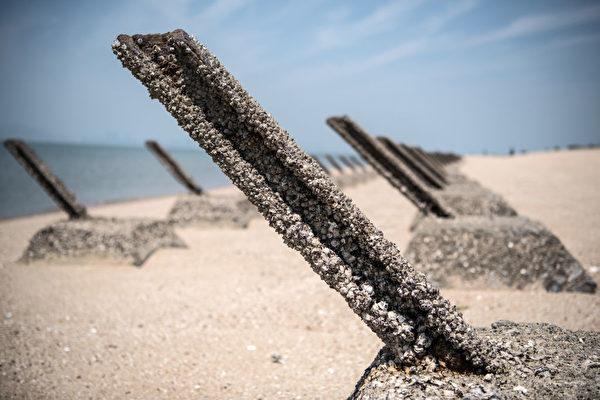 图为2018年4月19日,台湾金门海滩上的反登陆障碍物。(Carl Court/Getty Images)