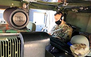 國民警衛隊音樂老師在悍馬車上教授音樂課