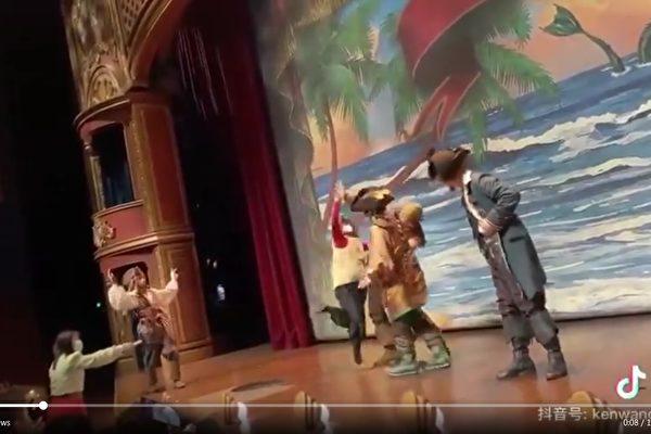 上海迪士尼看剧 女子突上台打骂演员